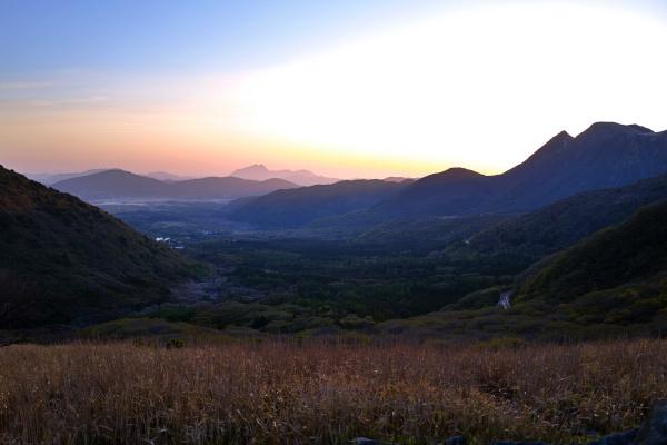 美しいグラデーション。中央に由布岳のシルエット。