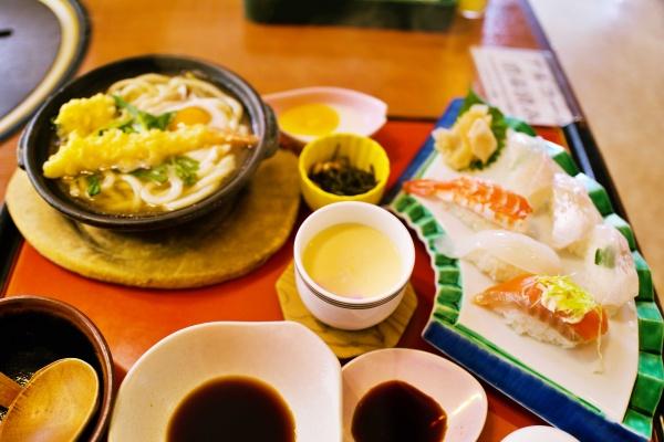 鍋焼きうどんと鯛の握り寿司。