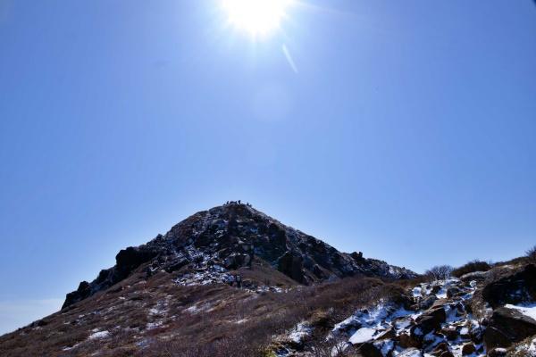 ピカッと太陽。中岳の山頂も人がいるね。