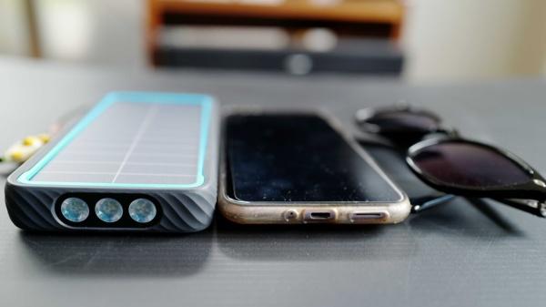 ご覧の通り分厚いが、他社製品も同じように厚い製品が多い。