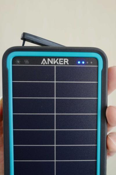 バッテリー残量が青い光で分かる。