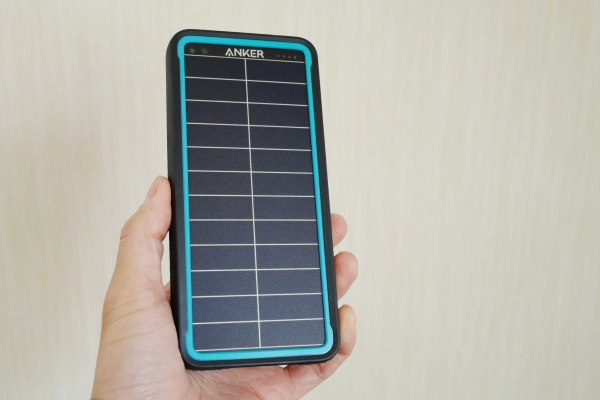 ソーラーバッテリーは10000mAh 267g