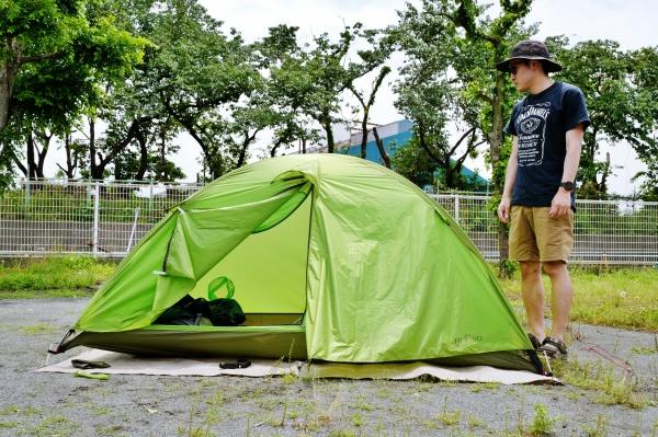 テントの高さは100㎝。私の身長は168㎝です。