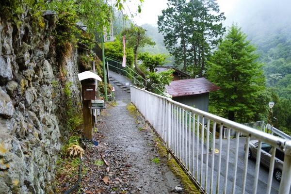 少しわかりづらい両神山登山口。