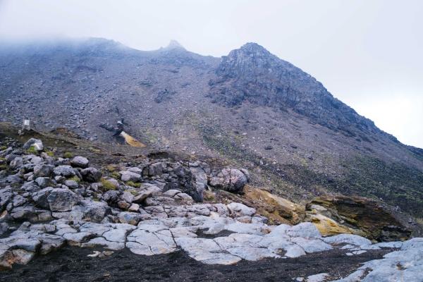 地形の変化に富む阿蘇山