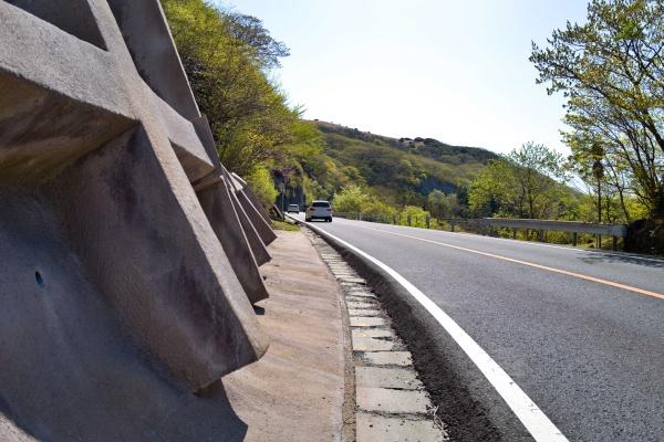 通行車両が怖い山なみハイウェイを歩く。この道を登山ルートっぽく表示したYAMAP、やるぜ!