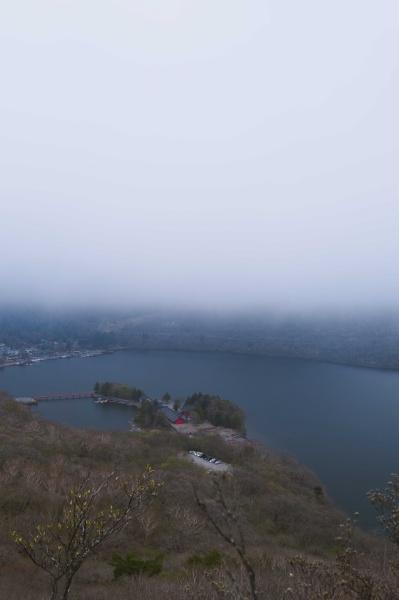 大沼も重い霧に覆われる