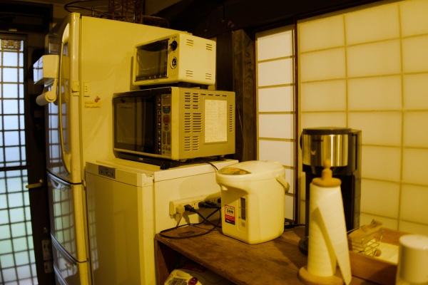 レンジ、オーブン、冷蔵庫、給湯器がある。