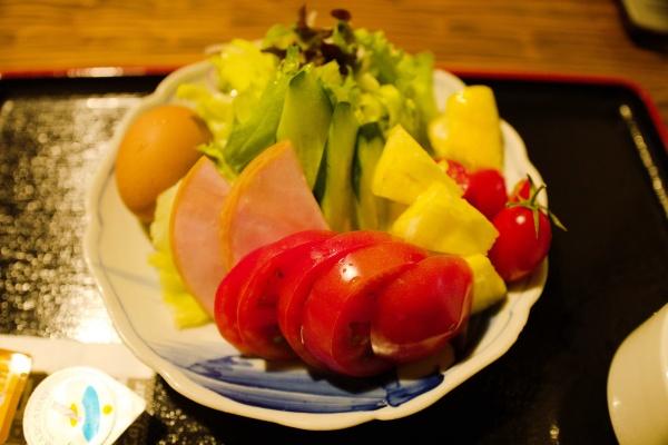 新鮮な野菜!パイナップルもある。オリーブオイルをかけて食べます。