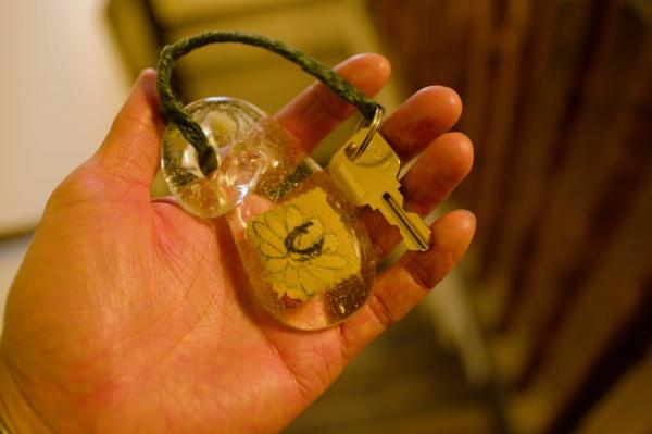 キーホルダーはガラス製で手に馴染む。
