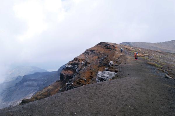 中岳への稜線。火口から爆風。