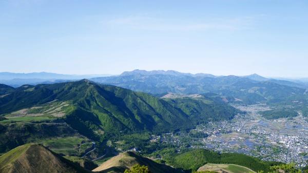 視線の先には昨日登ったくじゅう連山。