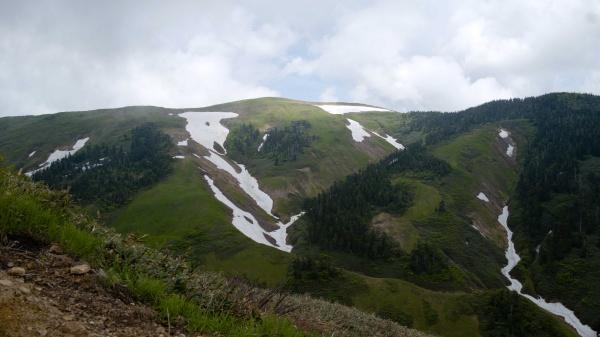 山と雪のコントラストが映える