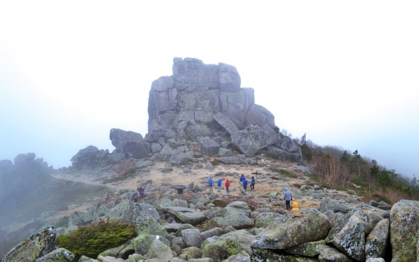 人と五丈岩を見比べると巨大さが異様だ。