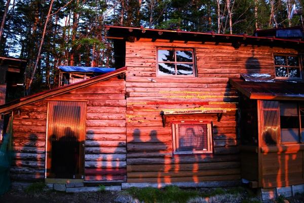 真っ赤に染まる甲武信小屋。素敵です。