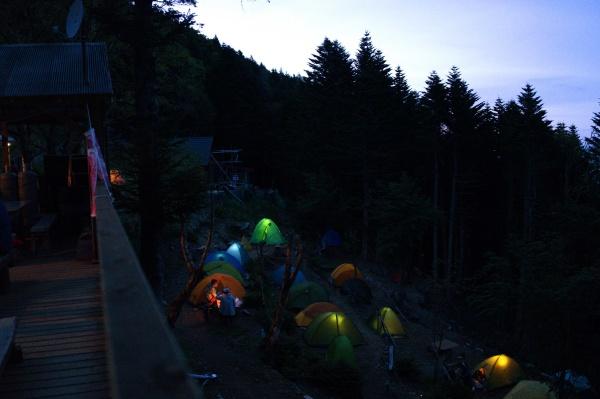 夜のテント場。足元が暗くなるので照明が必要。