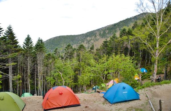 14時くらいのテント場の様子。段々になっている。