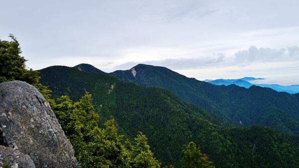 遠くに甲武信岳が見えた。