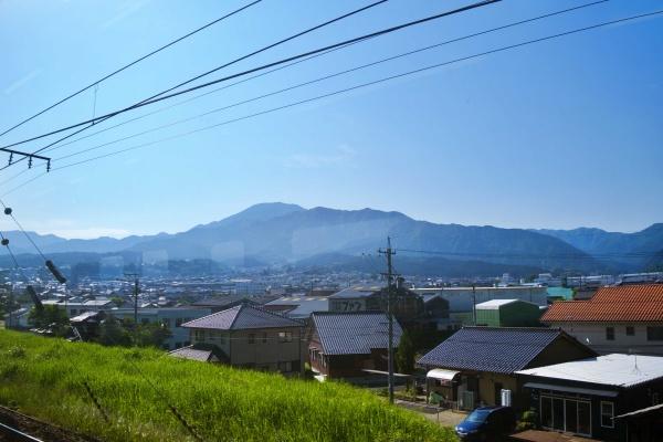 電車から恵那山のシルエットが見える。