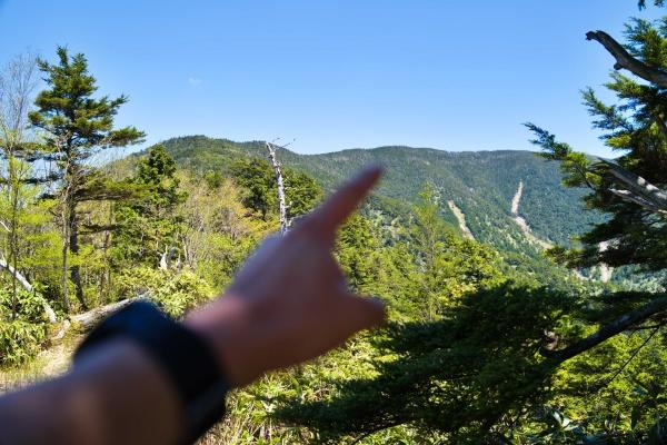 ここが恵那山山頂。く~~~まだ先が長いぜ。