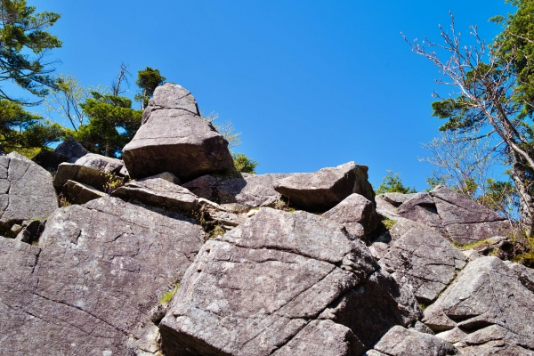 岩山をよじ登る!