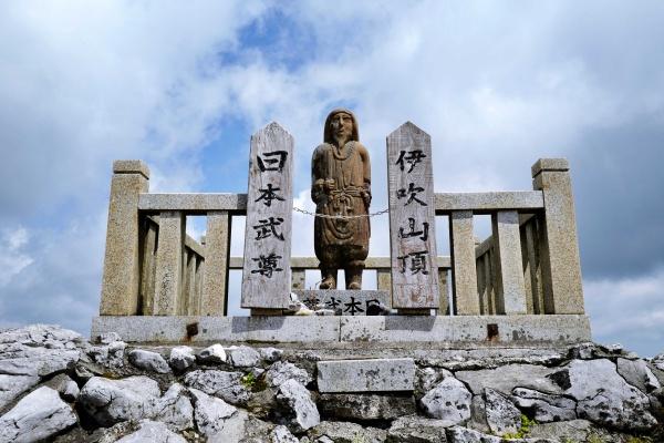 伝説の日本武尊像(ヤマトタケルノミコト)がいます。