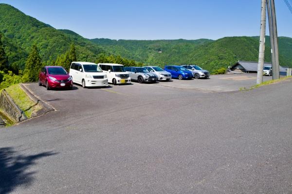 恵那神社専用の駐車場。登山者は停められるのかな?