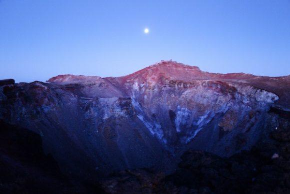 剣ヶ峰と月がカッコいい。