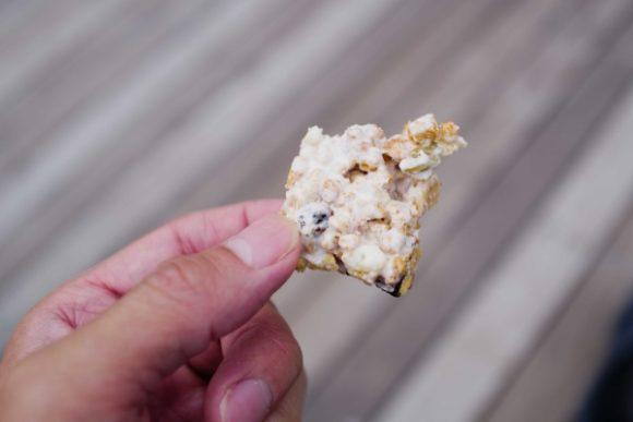 焼いたマシュマロの中にグラノラを入れて固めるだけで行動食に。