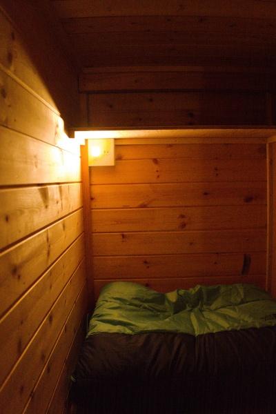 各室専用のライト・コンセントを完備。下段は暗い(^^;