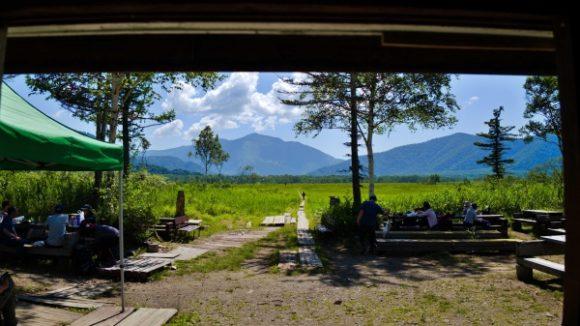 弥四郎小屋の中から至仏山が見える。はぁ~のんびりしたい。