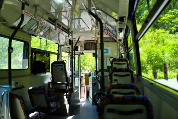 バスの乗車人数も6人。