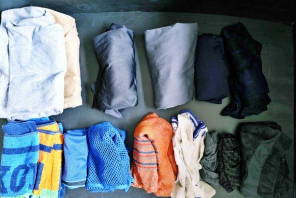 タオル、シャツ、下着、ショートパンツなど