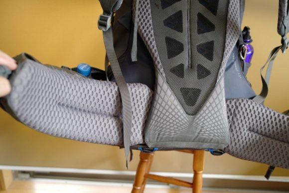 腰骨を包み込むベルトは上下に可動。