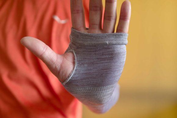 親指と人差し指の根元部分に負担がかかる。