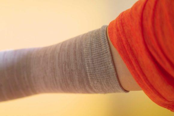 二の腕部分で長さを調節。