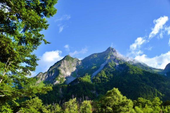 ブルーに映えるアルプスの山。