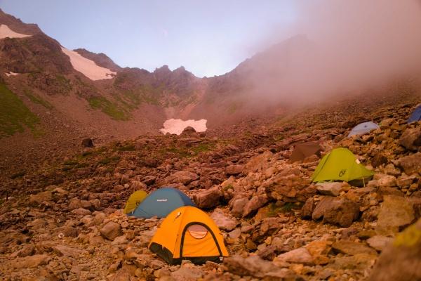 夕焼けに染まったテント場