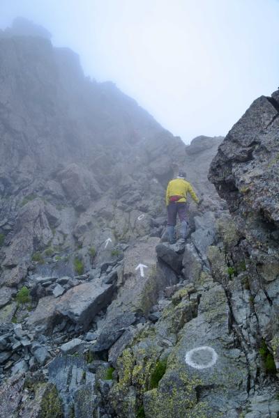 バランスを意識して岩を登る。