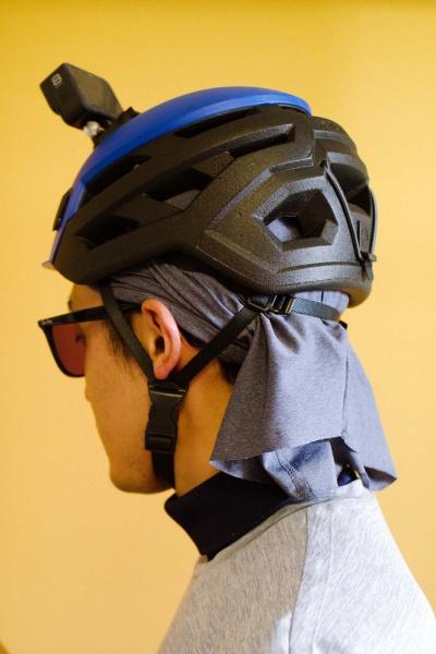 ネックゲイターを頭に巻いてヘルメットをかぶる。