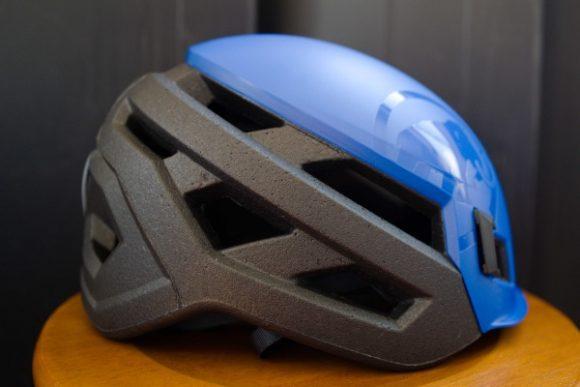 横から見たヘルメット。デザインも良い。