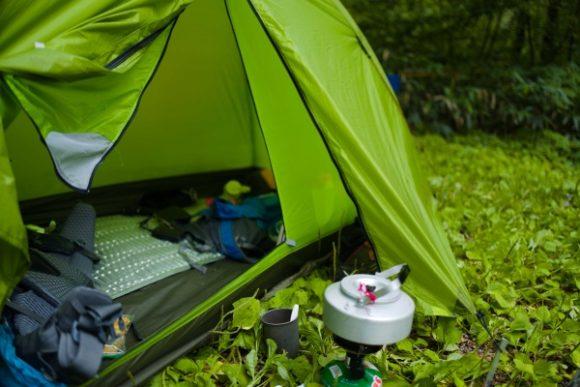 キャンプ場でガスバーナーを使用した様子