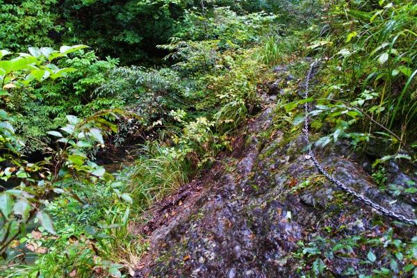 落ちたら渓谷にジャボン…。足の置き場もなくて苦戦した。