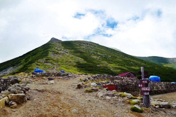 小屋の前から樅沢岳を眺める。