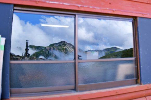 窓に映る鷲羽岳。