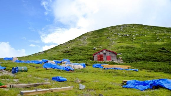樅沢岳。増設中の小屋周辺