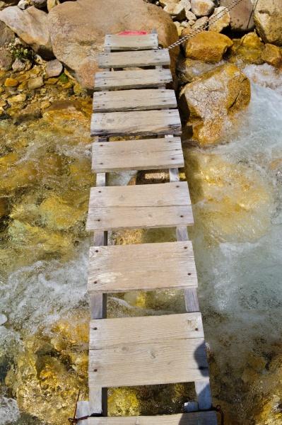 橋を渡る。