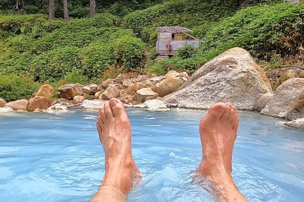野湯から露天風呂を眺める
