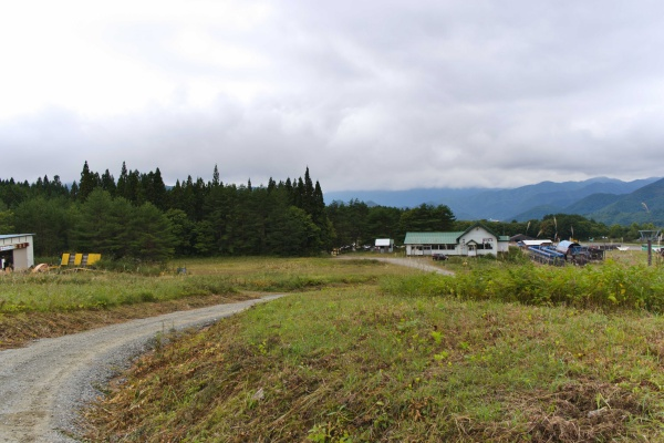 スキー場のゲレンデを通る。