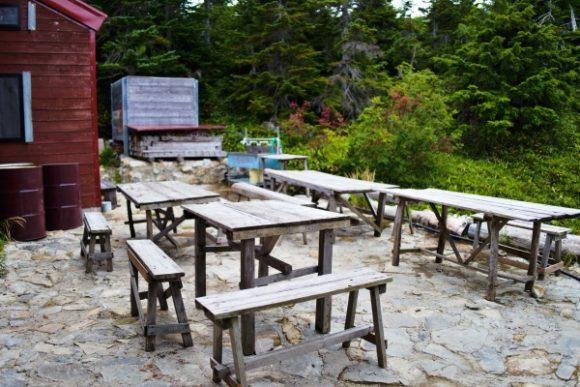 小屋前の休憩スペース。奥に水場もある。